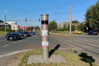 Kein anderer Blitzer wurde zuletzt so oft beschmiert wie die Anlage an der Zwickauer Straße. Wenige Stunden, bevor diese Aufnahme am Donnerstagmorgen entstand, wurde eine 20-Jährige dort auf frischer Tat von Polizeibeamten beobachtet und gestellt.