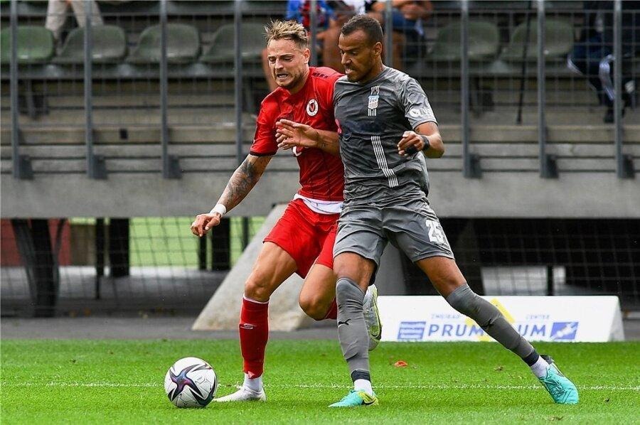 Steffen Nkansah (vorn) - im duell mit dem Kölner Timmy Thiele - spielt die zweite Saison für den FSV.