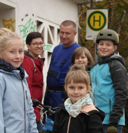 Familie Thalmann schätzt die Vorzüge des öffentlichen Nahverkehrs. Vorn: Elisa (l.) und Lotta. Hinten (v. l.): die Eltern Nicole und Thomas sowie Gustav und Max.