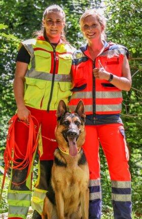 Hundeführerin Victoria Bergner mit DLRG-Rettungshund Roland jr. Böhm und Teamhelferin Lisette Sommer (von links) nach der bestandenen Begleithundeprüfung.