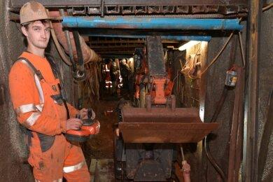 Bergbautechnologe Josia Triemer am Abbruchgerät. Er steht sozusagen auf der Betonplombe, die in den Schacht eingebracht wurde.