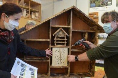 NUZ-Leiterin Antje Becker unterhält ich in der Holzwerkstatt mit Andreas Borowski über das Programm für 2021. Er baut gerade ein großes Insektenhotel.