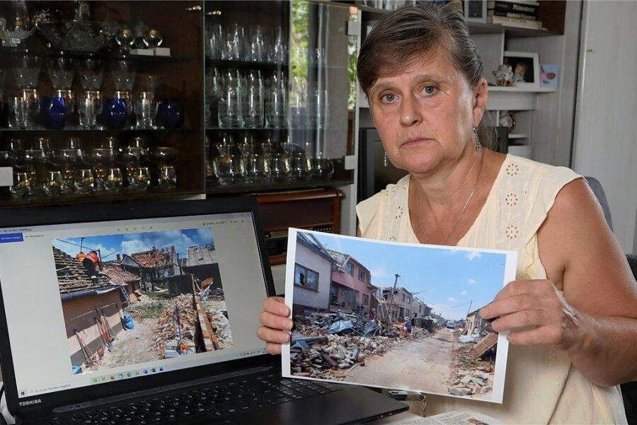Dana Reinhold zeigt Fotos der 2600-Einwohner-Stadt Moravska Nova Ves nach dem Tornado. Dort wohnt nicht nur ihre Nichte mitsamt Familie. Auch der Bruder ist dort gerade für den Rettungsdienst im Einsatz. Die Tschechin lebt seit 40 Jahren in St. Egidien.