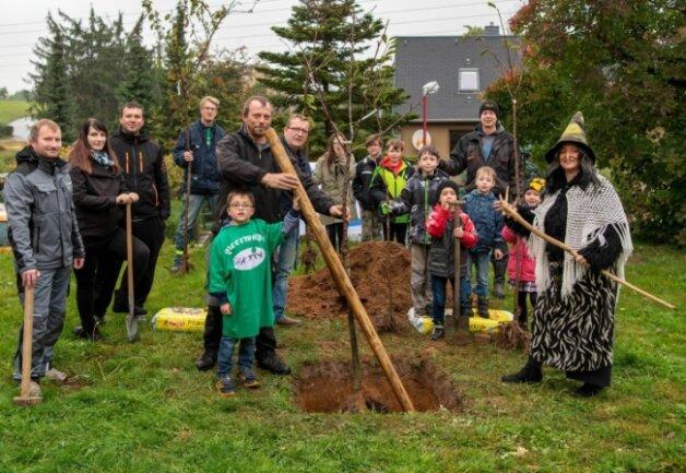 """Der Mitglieder des Vereins """"Beerwalde wird aktiv"""" haben am Samstag auf verschiedenen Grundstücken im Ort Bäume gepflanzt. Zu Beginn der Aktion wurde gemeinsam mit Kindern aus einer Wohngruppe am ehemaligen Feuerwehrdepot ein Kirschbaum gepflanzt."""