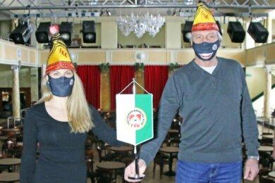 Halten die Fahne des Karneval hoch: Vorstandsmitglied Martin Schlegel, Vizepräsidentin Anna Monika Engel, Präsident Achim Bressler und Schatzmeister Lutz Klapproth (v.l.) vom Freiberger Karneval Klub.