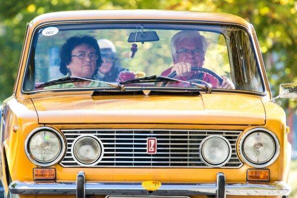 """Eberhard Kronstein mit seiner Frau Doris in einem Shiguli Baujahr 1973 während der """"Erz-Klassik"""" in diesem Jahr. Regelmäßig ist der Senior mit Frau und Fahrzeug in Weiden zu Gast."""
