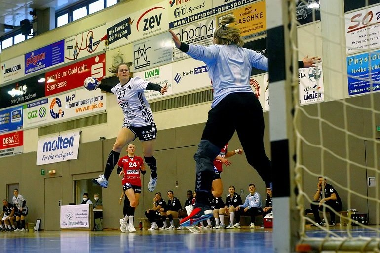 BSV-Spielerin Jenny Choinowski (l.) vor dem gegnerischen Tor.