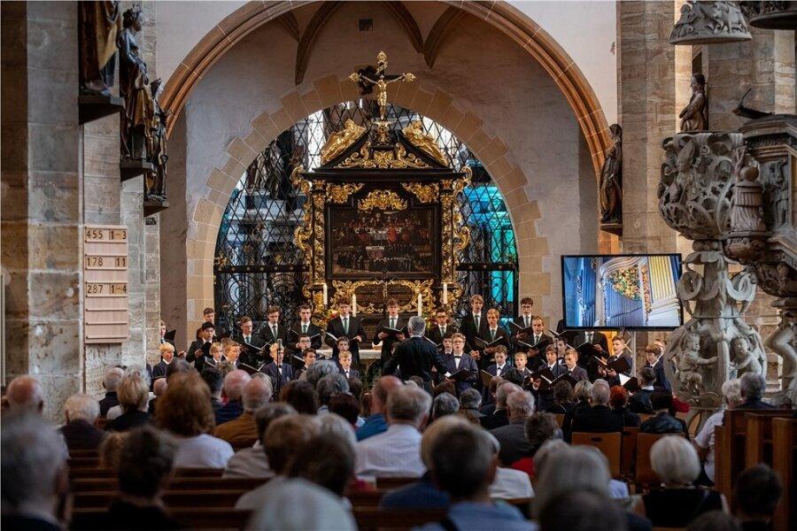 Anhand der Werke von 15 Komponisten nahmen die Regensburger Domspatzen ihr Publikum im Freiberger Dom mit auf eine Reise durch die Jahrhunderte geistlicher Chormusik.