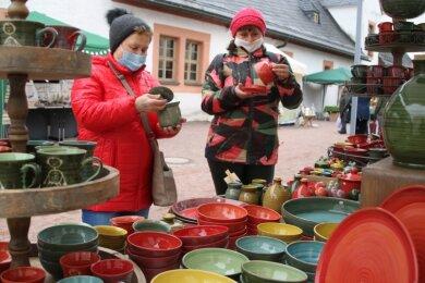 Am Stand der Keramikstube von Familie Sievert aus Jena gibt es eine bunte Auswahl Keramik. Sieverts gehörten zu insgesamt 75 Händlern, die ihre Waren am Wochenende feilboten.