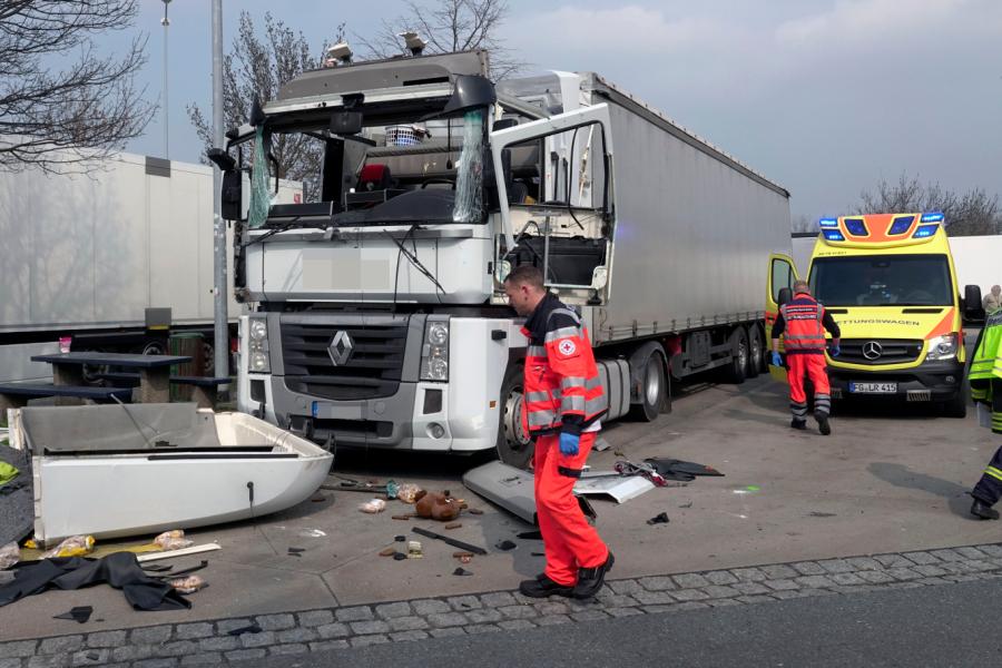Gaskocher lässt Lkw-Führerhaus explodieren