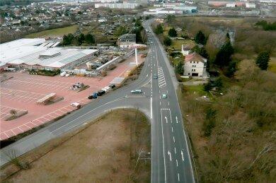 Ein Blick von oben auf die sogenannte Bauhaus-Kreuzung, die eigentlich eine Einmündung ist. Unbestritten handelt es sich hierbei um ein Nadelöhr, das in der Hauptverkehrszeit Staus verursacht.