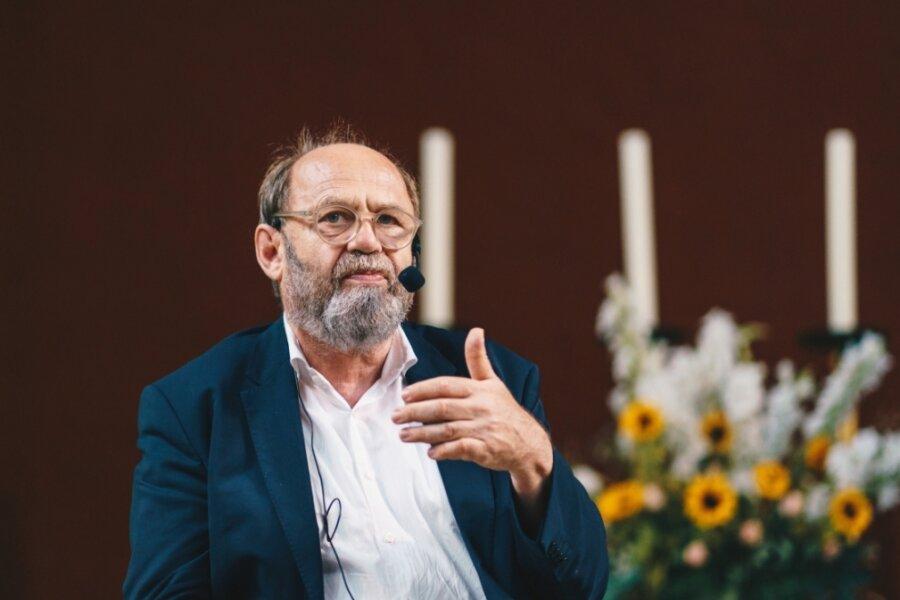 """Alexander Ochs ist der Kurator des """"Purple Path"""" (purpurner Pfad) im Rahmen der Kulturhauptstadt Europas 2025, der im Mittelpunkt des kirchlichen Engagements für das Großereignis steht."""