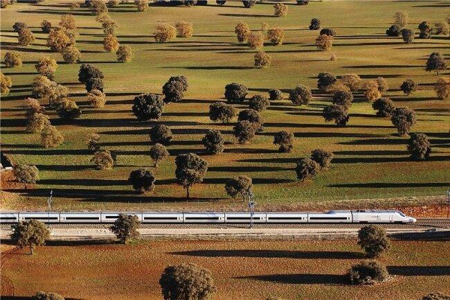 Ein Rausch quer durch die andalusische Landschaft: Der Hochgeschwindigkeitszug AVE erreicht bis zu 300 Kilometer pro Stunde.