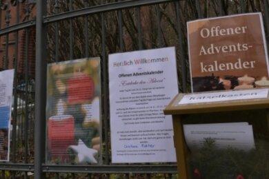 Auch die Kirchgemeinden werden kreativ, wenn es um die kontaktlose Adventszeit geht: In Dorfchemnitz ziert beispielsweise ein Adventskalender mit Rätseln den Friedhofszaun.