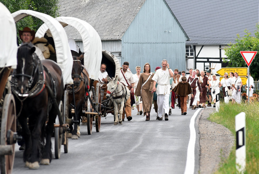 Der Tross unterwegs in Mobendorf - der historische Besiedlungszug war am Sonntag von einem Unfall überschattet.