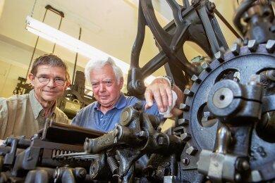 Der Stickautomat der Vogtländischen Maschinenfabrik AG aus dem Jahre 1910 ist etwas besonders. Frank Luft und Lutz Müller (rechts) haben das Geheimnis der alten Maschine gelüftet.