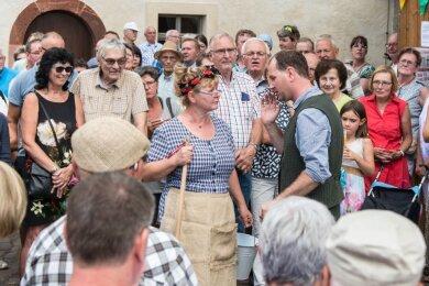 Schlossgartenfest 2019: Heimatvereinschefin Manuela Neuhaus und Stückeschreiber Toni Knorr begeistern an einer Station der Häuserwanderung mit ihrem Dialog das Publikum.