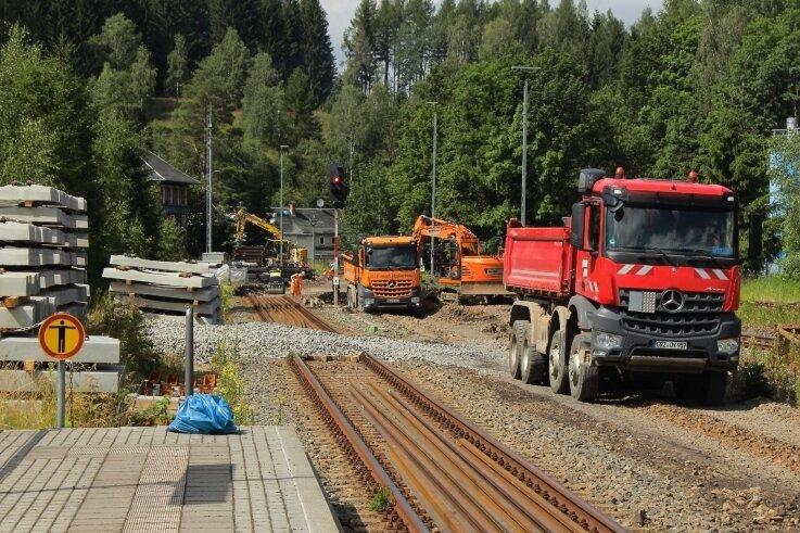 Auch in Johanngeorgenstadt - links das Ende des Hausbahnsteiges am Bahnhof - sind derzeit Gleisbauarbeiten im Gange. Auf der Strecke bis Schwarzenberg rollen erst ab August wieder fahrplanmäßige Züge.