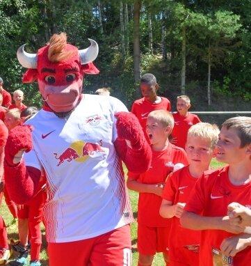 Der Besuch von Bulli, dem Maskottchen des Fußball-Bundesligisten RB Leipzig, sorgte zum Abschluss für Stimmung bei den Teilnehmern am Feriencamp der SpVgg Heinsdorfergrund.