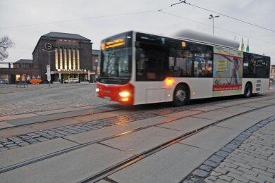 Weil die Gleise zerschlissen sind, ersetzt ein Bus die Straßenbahn - das gehört seit knapp einem Jahr zum gewohnten Bild am Zwickauer Hauptbahnhof.
