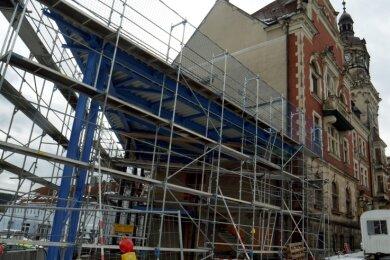 Seit dem Sommer ist am künftigen Rathaus-Anbau nicht mehr viel geschehen: Die Verglasung fehlt, auch das Dach ist nicht gedeckt.