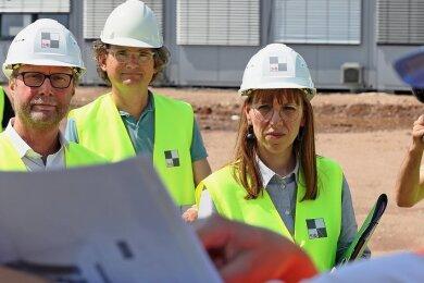 Sachsens Justizministerin Katja Meier (Mitte) und ihr Amtskollege Dirk Adams (ganz links) auf der JVA-Baustelle in Zwickau.