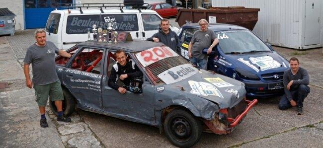 Das Team des Motorsportclubs Beulenschmiede Ernstthal mit seinen beiden besonderen Rennfahrzeugen.