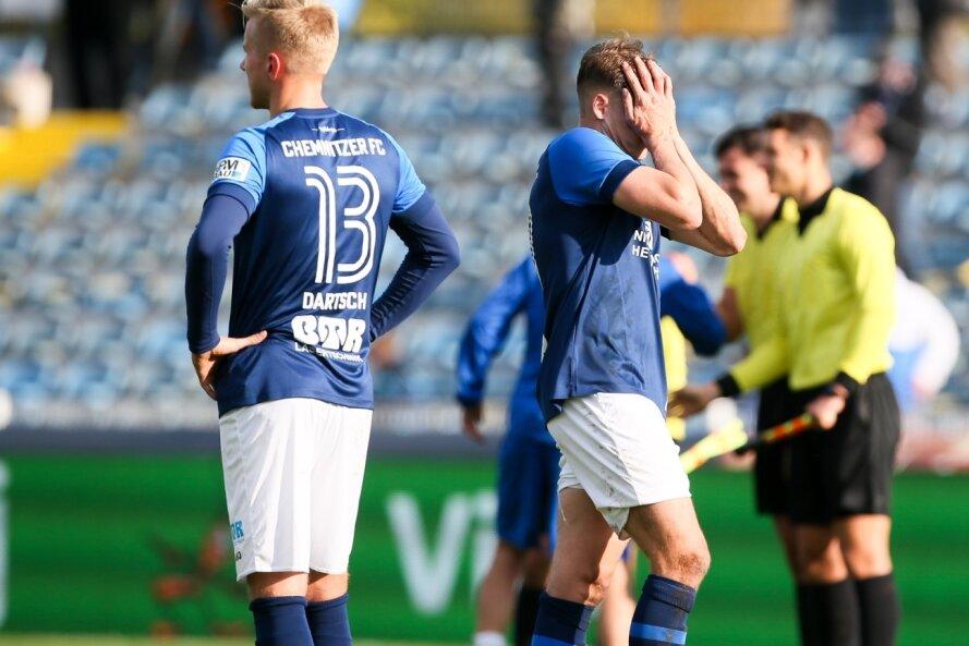 Enttäuschung bei den CFC-Spielern Alexander Dartsch (links) und Lukas Aigner nach dem Abpfiff. Die Himmelblauen unterlagen Jena mit 1:2 und kassierten im zehnten Saisonspiel bereits die fünfte Niederlage.