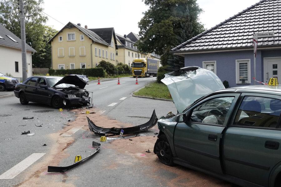 Kollision zwischen einem Opel und einem Mercedes auf der B 173 in Chemnitz-Mittelbach.