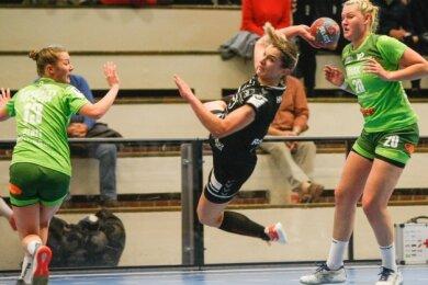 Izabela Rzeszotek (Mitte) setzt zum Sprungwurf an. Sie und ihre Mitspielerinnen vom HV Chemnitz unterlagen Gedern/Nidda mit 21:23.