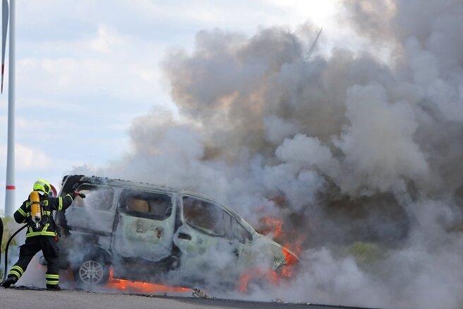 Kleinbus geht in Flammen auf