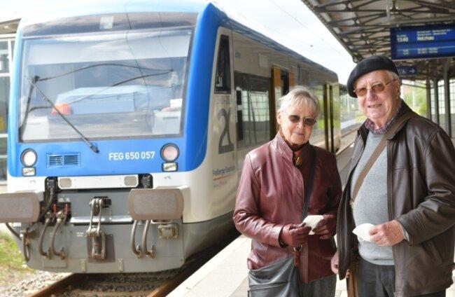 Der frühere Freiberger Eberhard Löffler und seine Frau Christiane erinnerten sich bei einer Fahrt mit der Freiberger Eisenbahn an die Jahre 1999/2000.