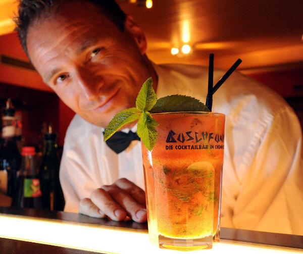 """Tino Winkler, Chef der Chemnitzer Bar """"Buschfunk"""" zaubert einen """"Strawberry Mango Aperol Mojito""""."""