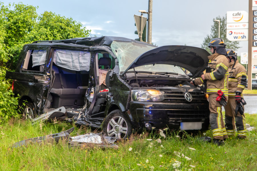 Stollberg: Lkw und Transporter stoßen auf B 180 zusammen