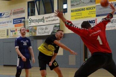 Der Oelsnitzer Zugang Philipp Allenhof (Mitte) erzielt hier beim Heimspiel gegen Wismut Aue eines seiner sechs Tore. Am Ende fehlte dem TSV beim 33:34 ein Treffer zum Punktgewinn.