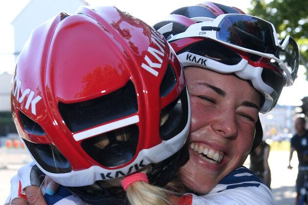 Frauen-Straßenrennen über 116,40 Kilometer: Die Siegerin Lisa Klein (r.) bekommt Glückwünsche von Stephanie Pohl.