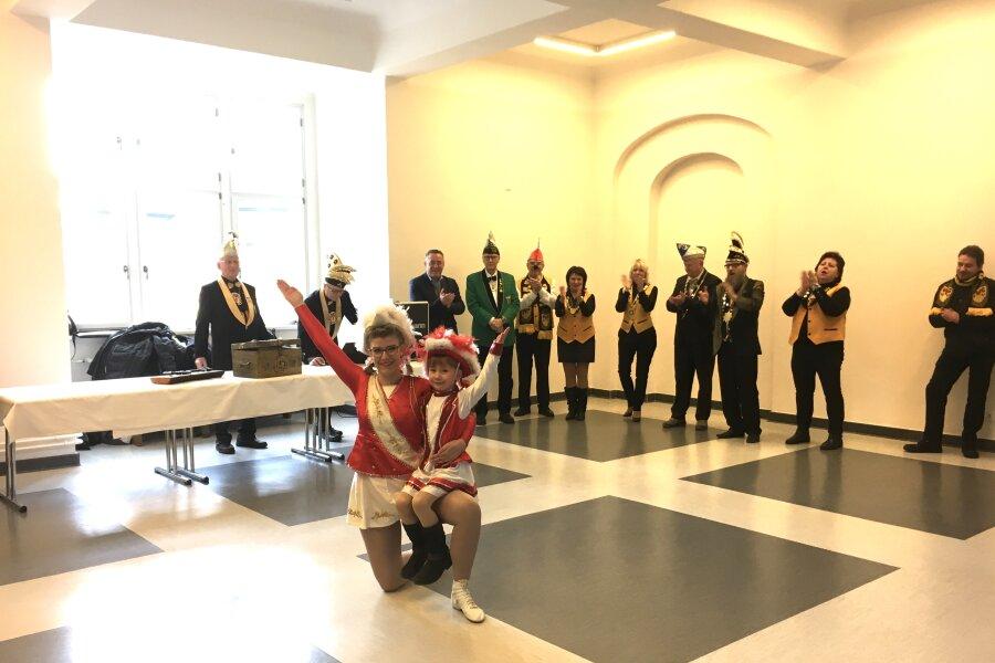 Die Narren des Vereines Vogtländischer Carnevalisten (VVC) haben Plauens Oberbürgermeister Ralf Oberdorfer (FDP)am Mittwoch den Rathausschlüssel und die Stadtkasse übergeben. Ein Tänzchen fehlte dabei nicht.