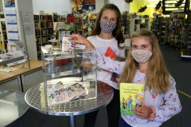 Amelie Beckert (10) und Schwester Tamara (14) haben ihre Bücher gelesen und geben nun ihr Logbuch in der Stadtbibliothek Lichtenstein ab. Die meisten Buchsommerteilnehmer sind nach wie vor weiblich.