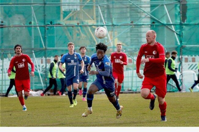 Der Chemnitzer FC um Benjika Caciel (am Ball) konnte des Test auf der Baustelle Sportforum mit 1:0 gegen den Berliner AK gewinnen.