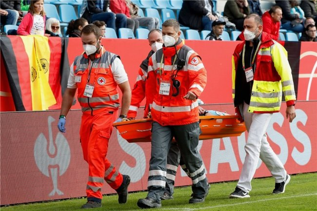 Auf einer Trage musste die englische Linienrichterin am Dienstag aus dem Chemnitzer Stadion gebracht werden. Sie hatte über Herzprobleme geklagt, wurde im Krankenhaus untersucht.