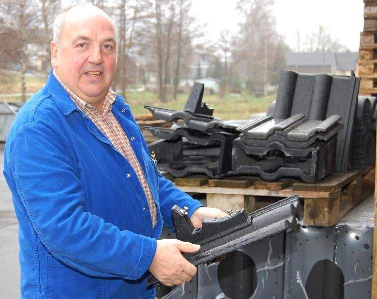 Dachdeckermeister Günther Weigold leitet seit 25 Jahren seinen Betrieb in Helbigsdorf. So manches Dach in der Region haben seine Mitarbeiter gedeckt.
