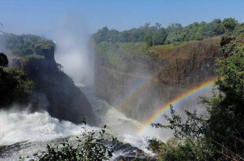 Ein Vorhang aus Wasser und Regenbögen: Die Victoria Falls, die vom Wasser des Sambesi gespeist werden (links).