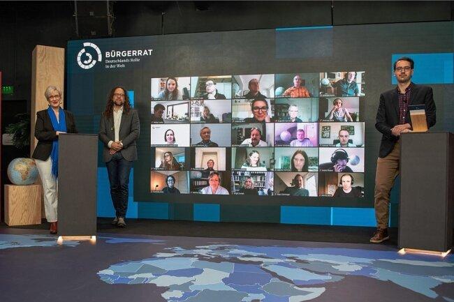 Die Teilnehmer des Bürgerrates der BRD haben sich in virtuellen Sitzungen getroffen. Moderiert wurde die Online-Tagung von Christine von Blankenburg, Jascha Rohr und Jacob Birkenhäger (v.l.).