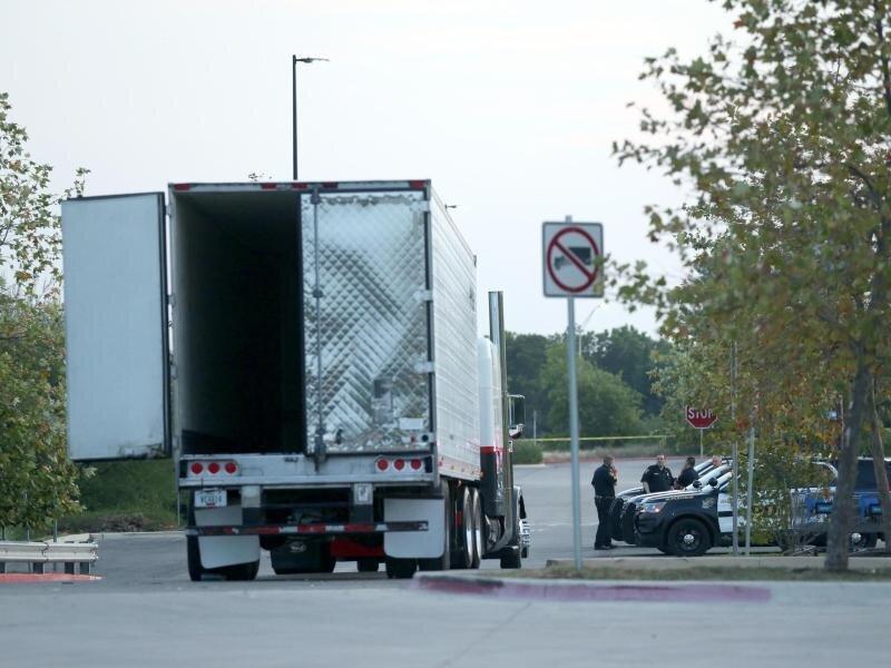 Im Laderaum des Lastwagens fanden Polizei und Feuerwehr acht Tote.