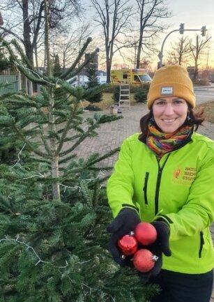 Raminta Kretschmann brachte am Montagnachmittag die ersten Weihnachtskugeln an und hofft, dass es in den kommenden Tagen viele Nachahmer der Baumschmuckaktion gibt.
