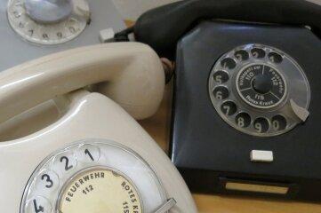 Das sind nur drei von etwa 40 alten Telefonen und Notrufgeräten aus dem Fundus des Rot-Kreuz-Museums in Beierfeld. Auf diesen alten Modellen standen die Notrufnummern auf der Wählscheibe.