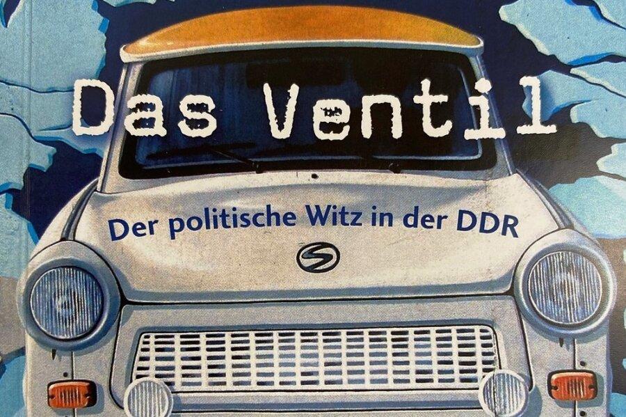 """Im November 1989 war es um den DDR-Witz geschehen. Wenig später auch um den DDR-Bürger, der in vielen Witzen naiv die Pointen vorbereitet hatte. Zum Beispiel die hier: DDR-Bürger im Kaufhaus: """"Haben Sie keine Gardinen?""""- Verkäuferin: """"Hier gibt es keine Kühlschränke, keine Gardinen gibt es eine Etage höher."""""""