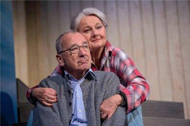 """Christine Gabsch und Wolfgang Adam als Ethel und Norman Thayer in dem Stück """"Das Haus am See""""."""