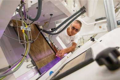 Müllermeister Franz Glunk ist Spezialist für die Feinjustierung der technischen Anlagen. Diese Maschine sortiert Haferkörner vollautomatisch.