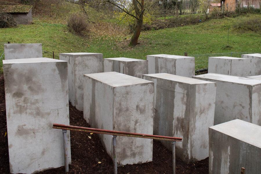 Beim «Denkmal der Schande» handelt es sich um 24 Betonstelen, die ein Künstlerkollektiv in der Nähe vom Haus des AfD-Politikers Höcke aufgestellt hat.